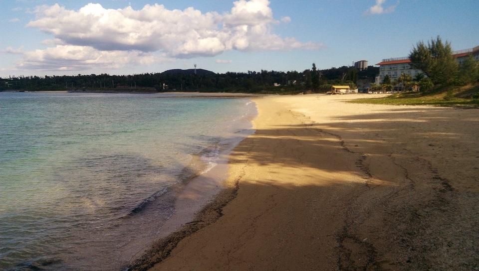 冬の沖縄でもお散歩にピッタリの沖縄の海、恩納村浜原ビーチ