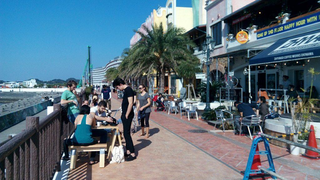 北谷美浜アメリカンビレッジ海岸線沿いのカフェ