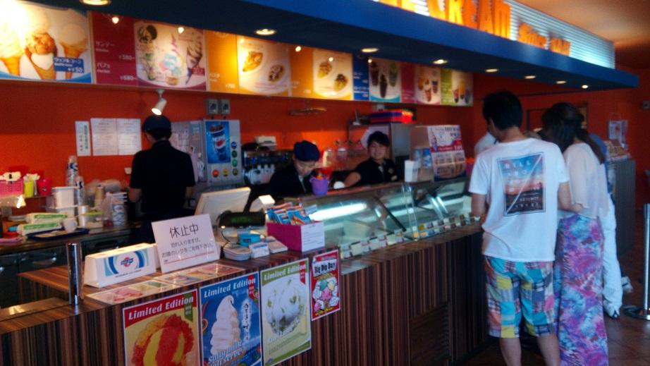 ブルーシールアイスクリーム名護店の店内写真1