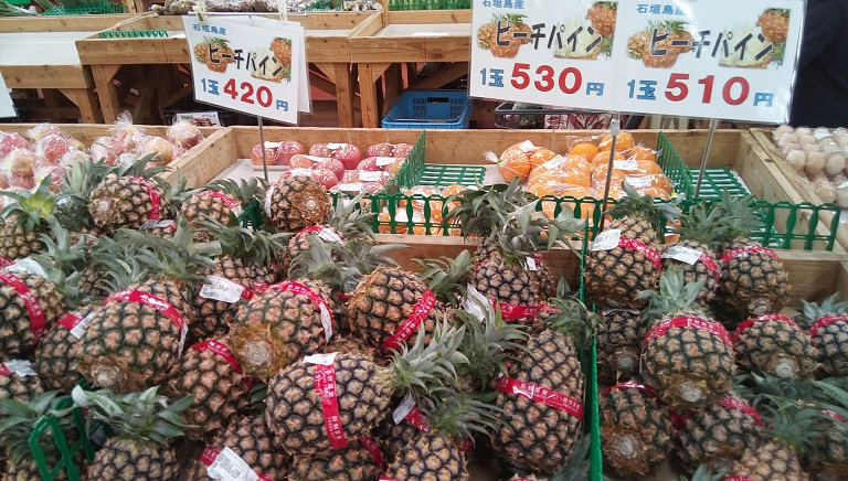 pineapples in Umanchu-ichiba market