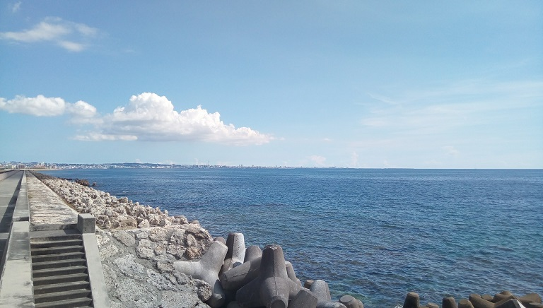 the beautiful Okinawa sea in front of the soba shop 1