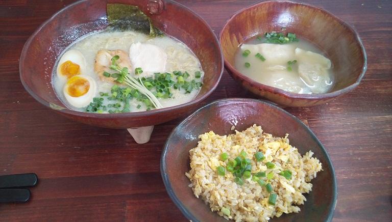 白湯ラーメンと水餃子とチャーハン