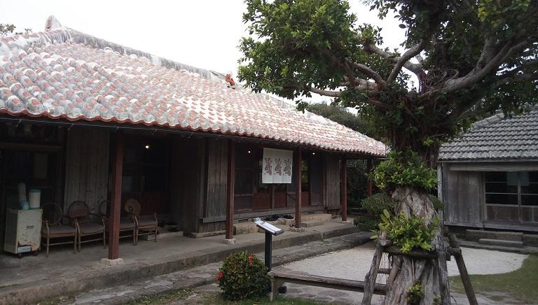 築100年以上の古民家で沖縄特産の海草アーサたっぷりの沖縄そば、屋宜家