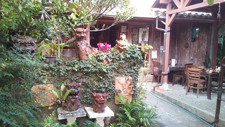 緑に囲まれたきれいな古民家で味わうおいしい沖縄そば、すーまぬめぇ