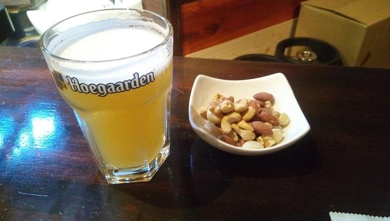 ツマミのナッツとヒューガルデンビール