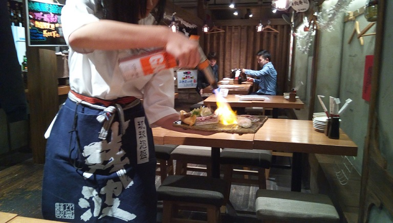 炙り肉寿司盛り合わせが目の前で炙っている様子