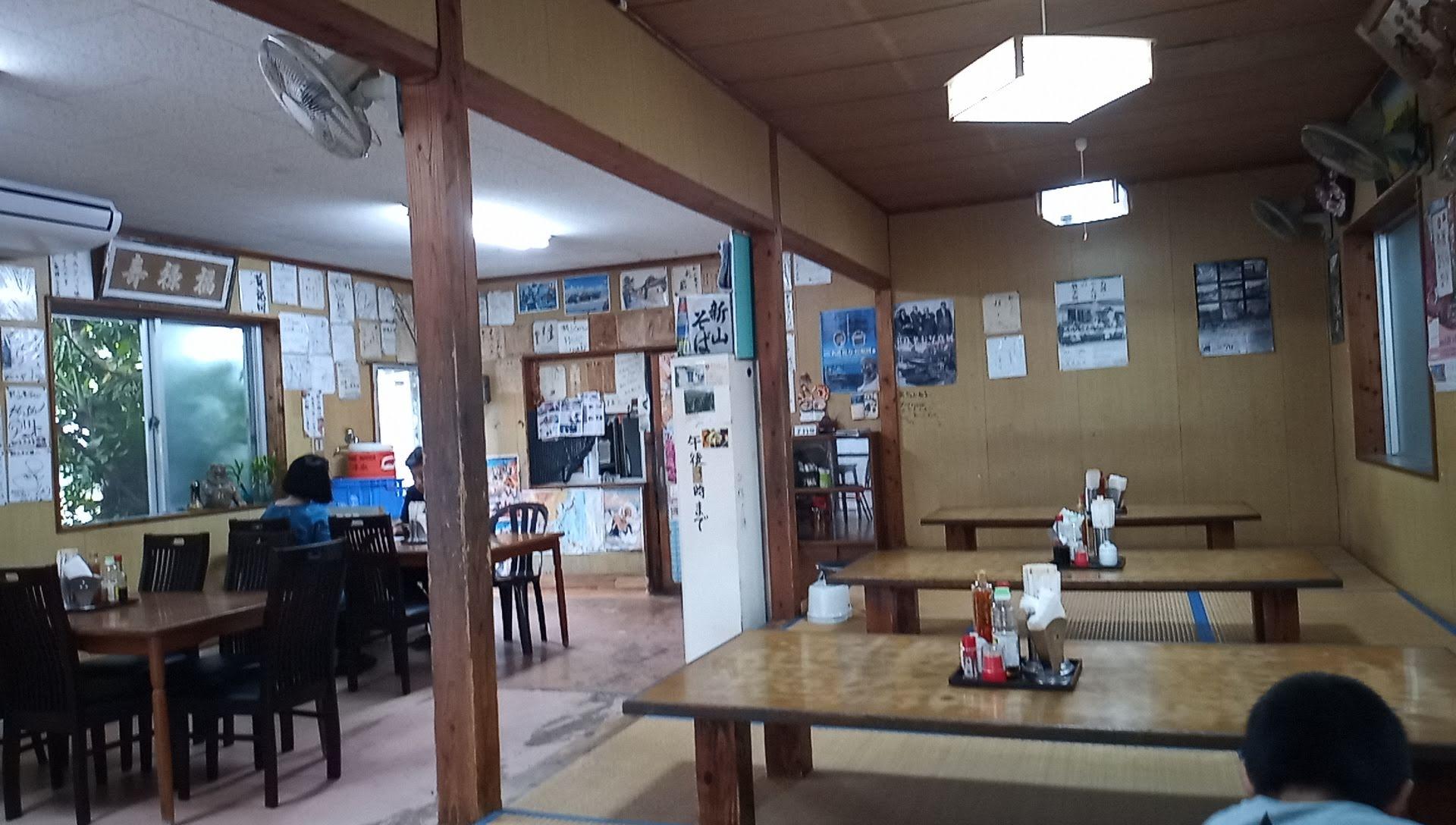 新山そばの店内写真